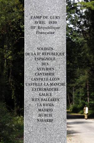 L'une des 27 colonnes de l'Allée des Internés du camp de Gurs. Mémorial 2011. Photo Jacky Tronel