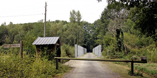 Entrée principale du Camp de Gurs ouvrant sur l'Allée des Internés et ses 27 colonnes érigées en mémoire des différentes familles de prisonniers qui y ont séjourné