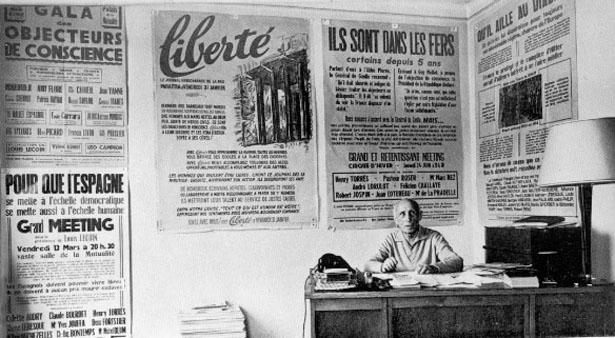 """Louis Lecoin, au siège du journal """"Liberté"""" en juillet 1965."""