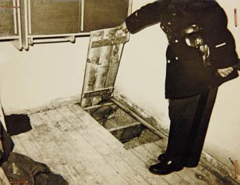 Trappe donnant accès au tunnel qui permit l'évasion massive de 39 détenus algériens à Mauzac, le 5 novembre 1961
