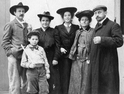 La famille Stein photographiée en 1905 au 27 rue de Fleurus, à Paris. De gauche à droite : Léo Stein, Allan, Gertrude, Theresa Ehrman, Sarah Stein, Michael.