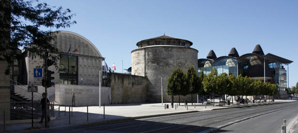 L'École Nationale de la Magistrature à gauche, la Tour Ronde du Fort du Hâ au centre, le palais de justice à droite. Photo Jacky Tronel.