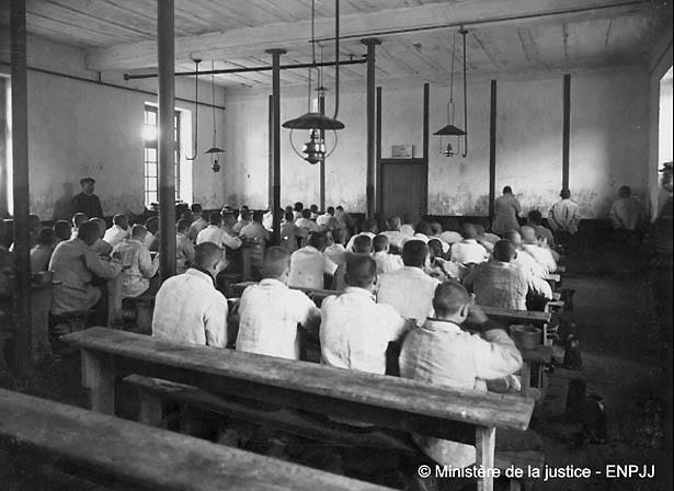Classe d'école d'une colonie pénitentiaire agricole. Photo Ministère de la Justice - ENPJJ. Expo Criminocorpus