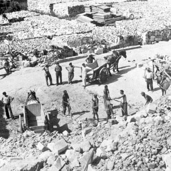 Prisonniers de guerre allemands appartenant au dépôt de guerre n° 125 de Brantôme, travaillant sur le chantier du village martyr de Mouleydier