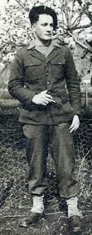 Pierre Garen en tenue d'enfant de troupe, à la 415e compagnie de garde des prisonniers de guerre stationnée à Brantôme, en mars 1946.