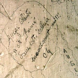 Graffiti sur les murs d'une des cellules disciplinaires de la Caserne Chanzy à Bergerac. Claude Auger 1944.