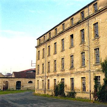 Arrières de l'un des bâtiments de la Caserne Chanzy, à Bergerac. Au fond à gauche, la prison. Photo Jacky Tronel. 30 décembre 2004.