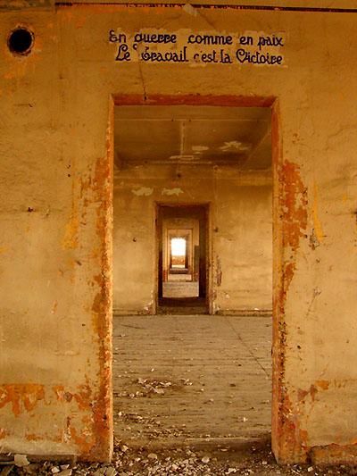 Caserne Chanzy de Bergerac. Couloir en enfilade desservant les chambrées. Fresques.