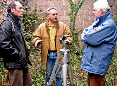 Hervé Dupuy, Jacky Tronel et Jean-Louis Audebert, devant les cellules de la caserne Chanzy à Bergerac, le 30 décembre 2004, photo Hervé Couton.
