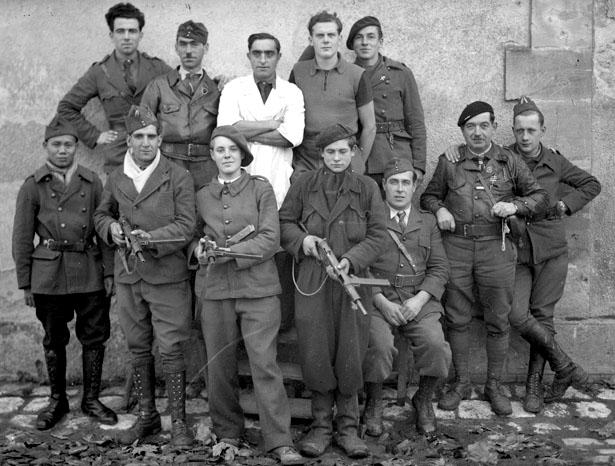 Groupe de gardiens des prisonniers internés à la caserne Chanzy, août 1944, photo Bondier-Lecat Bergerac.