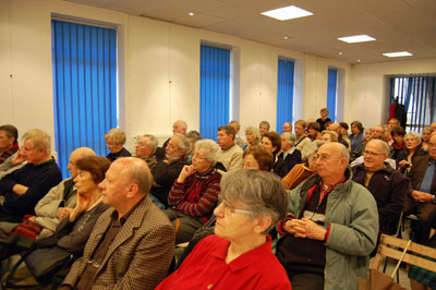 """Public attentif à la présentation du livre collectif """"Vichy en Aquitaine"""", le 21 janvier 2011, à la salle Paul-Broca, à Ste-Foy-la-Grande"""