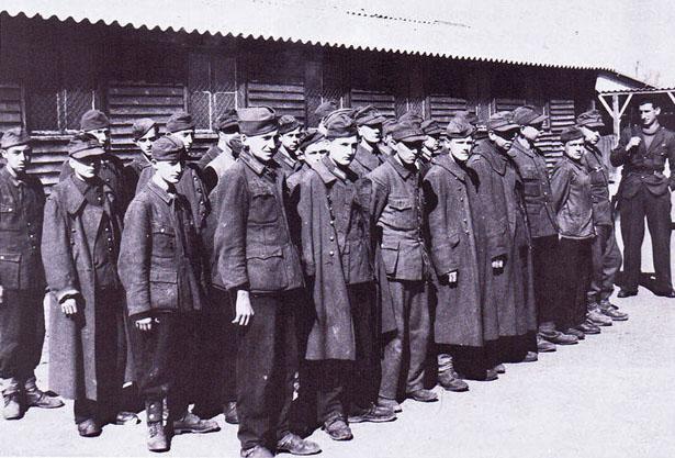 Prisonniers allemands détenus au camp de Beyris (Bayonne) à la fin de l'année 1944.