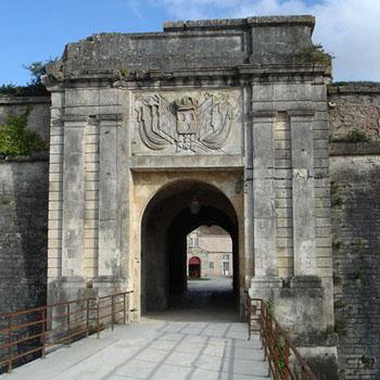 Entrée ouest par la porte fortifiée du Chateau d'Oleron, photo Jean-Claude Perez.