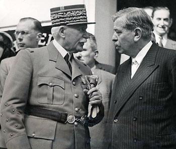 Le maréchal Pétain et le vice-président du conseil, Pierre Laval, en grande discussion