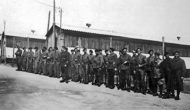 """Personnel d'encadrement des """"indésirables français"""" internés au camp de Nexon (Haute-Vienne)"""