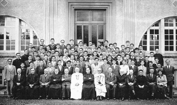 Photo d'une classe de l'École Beau-Frêne vers 1950. L'Abbé Lopez est le 4e en partant de la gauche, au 1er rang.
