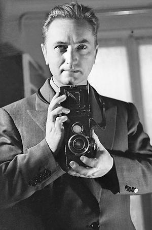 """Serge de Sazo, photographe, """"autoportrait au miroir""""."""