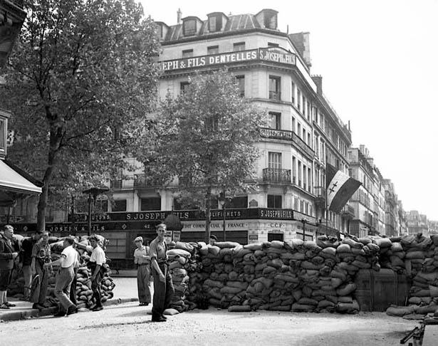 Barricades à proximité de l'Hôtel de Ville de Paris, 20 août 1944. Photo Serge de Sazo.