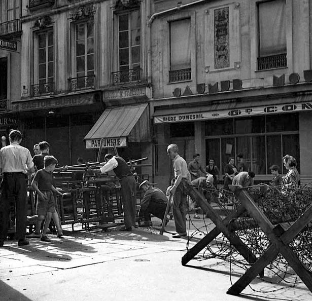 Barricades rue de la Verrerie, Paris,  20 août 1944. Photo Serge de Sazo.