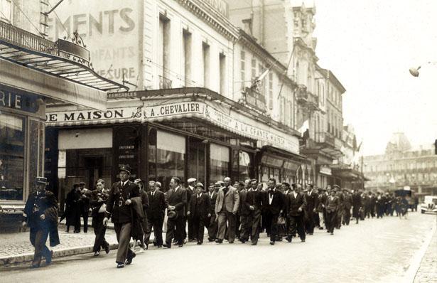 Défilé pacifiste le 14 mai 1939 à Bergerac. En tête, Sante Garibaldi.