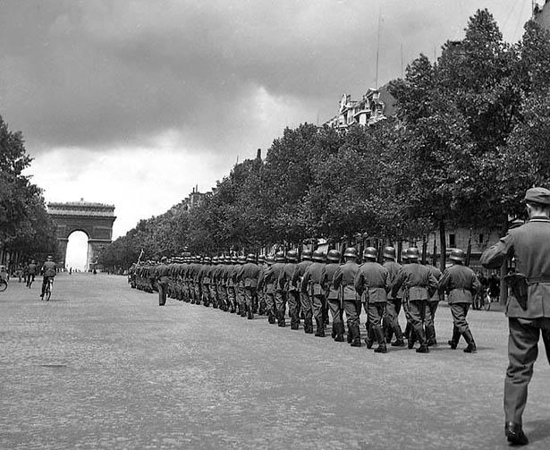 Paris, juin 1944. Défilé des troupes allemandes d'occupation sur les Champs Elysées.