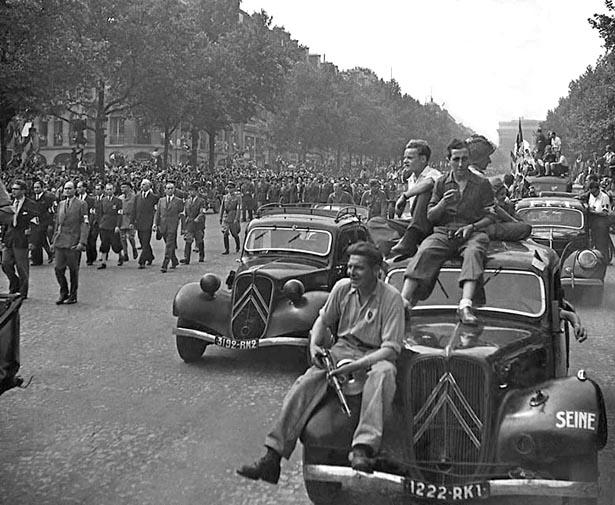 Défilé de la Victoire, Paris, le 26 août 1944. Photo Serge de Sazo.