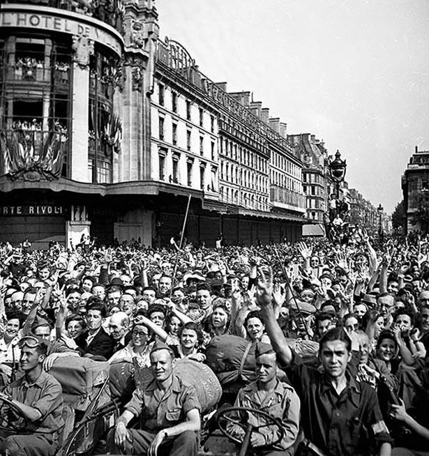 Défilé de la Victoire, Paris, 26 août 1944. Photo Serge de Sazo.