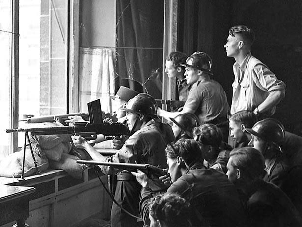 Combattants FFI ripostant à une attaque Allemande. Cliché du 22 août 1944. Photo Serge de Sazo.