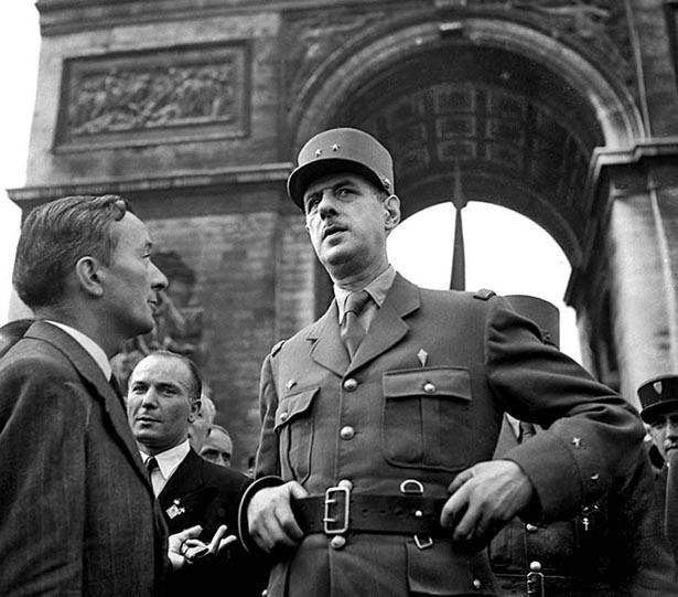Le Général de Gaulle, défilé des Champs Elysées, le 26 août 1944. Photo Serge de Sazo.