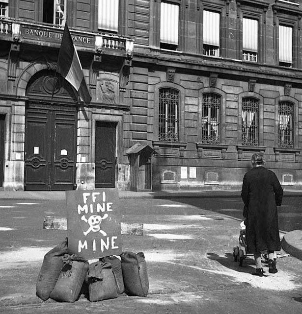 Mines devant la Banque de France, Paris, 20 août 1944. Photo Serge de Sazo.