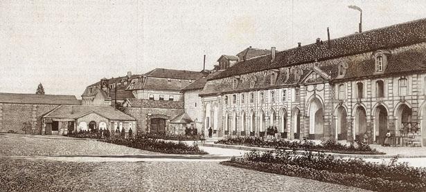 Clairavaux, la cour d'honneur et les bâtiments de l'aile droite. L'illustration du 1er mars 1890
