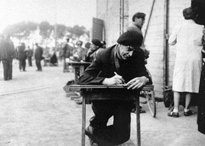 Interné du camp des Milles occupé à écrire