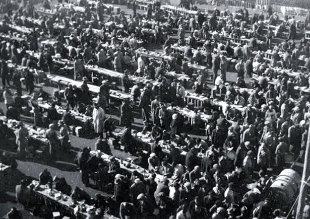 Internés rassemblés dans la cour du Camp des Milles