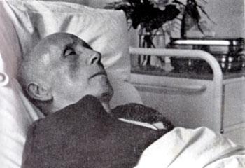 Louis Lecoin au vingtième jour de sa grève de la faim en faveur du statut des objecteurs de conscience, juin 1962.