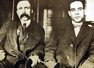 Bartolomeo Vanzetti et Nicola Sacco, menottés, exécutés le 23 août 1927.