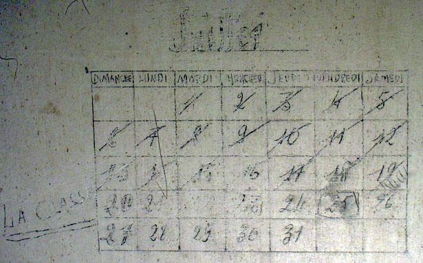 """Calendrier réalisé par Raymond Lesieur, emprisonné par les Allemands dans une chambre de la Villa """"Le Château"""" en juillet 1941"""