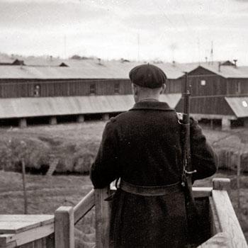 Garde armé surveillant le camp de séjour surveillé de Saint-Paul d'Eyjeaux, janvier 1942