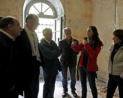 Groupe d'historiens visitant l'une des cellules du Fort du Portalet