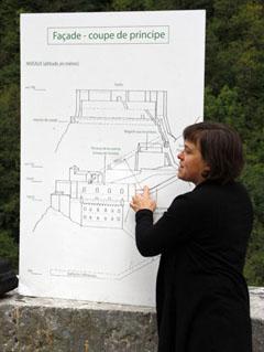 Nicole Blaye, guide de l'Écomusée de la Vallée d'Aspe, assurant la visite du Fort du Portalet