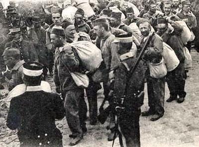 Forçats embarquant à Saint Martin de Ré pour les bagnes de la Nouvelle-Calédonie ou de la Guyanne.