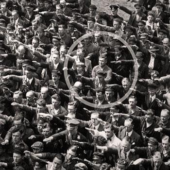 August Landmesser refusant de faire le salut nazi. 13 juin 1936, inauguration du navire Horst Wessel, Hambourg.