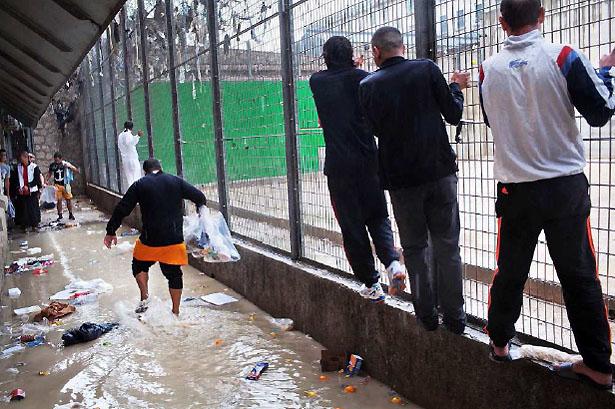 Cour de promenade de la maison d'arrêt des hommes. Inondation avec la pluie, Prison des Baumettes, Marseille, 2012.