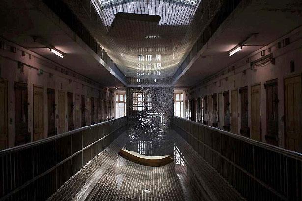 Eau de pluie ruisselant dans une coursive de la maison d'arrêt des hommes, Les Baumettes, Marseille, 2012.
