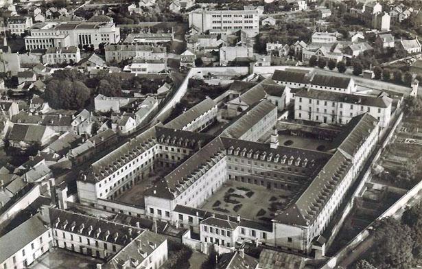 Vue aérienne de la Maison centrale de Poissy. Source : carte postale.