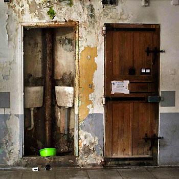 Cellules d'une coursive de la maison d'arrêt des hommes des Baumettes, à Marseille.