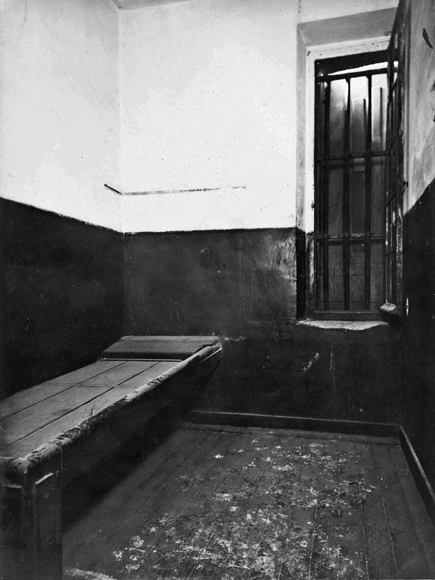 Cellule, Hô™tel des conseils de guerre, prison du Cherche-Midi, 37 rue du Cherche-Midi. Paris (VIe arrondissement), 1907. Photographie d'Henri Godefroy.