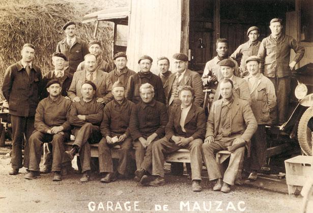 Personnel employé au garage de la Poudrerie de Mauzac, 1940.