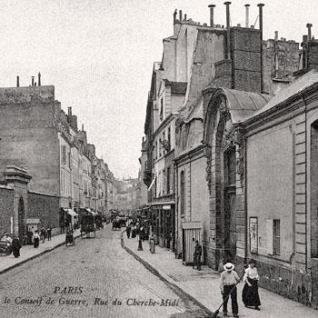 Rue du Cherche-Midi, Paris, vers 1900. À droite l'entrée de l'hôtel des Conseils de guerre, à gauche l'entrée de la maison d'arrêt et de correction militaire.