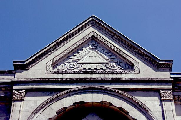 Fronton du temple maçonnique donnant sur la rue Saint-Front à Périgueux avec le delta lumineux dans lequel est gravé le tétragramme