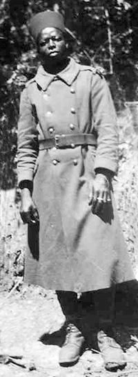 Soldat sénégalais, gardien au centre de séjour surveillé du Sablou (Dordogne), 1940.